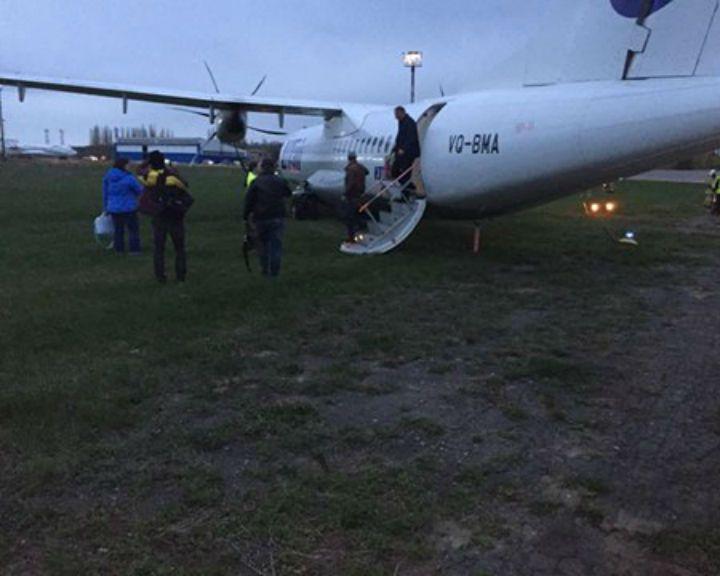 Фото: пассажиры самолёта, выкатившегося со взлётной полосы в Воронеже, поблагодарили экипаж за спасение