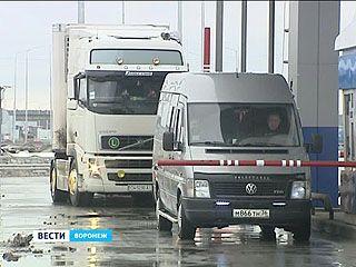 Фуры разворачиваются у терминала в районе улицы Изыскателей - водители отказываются платить