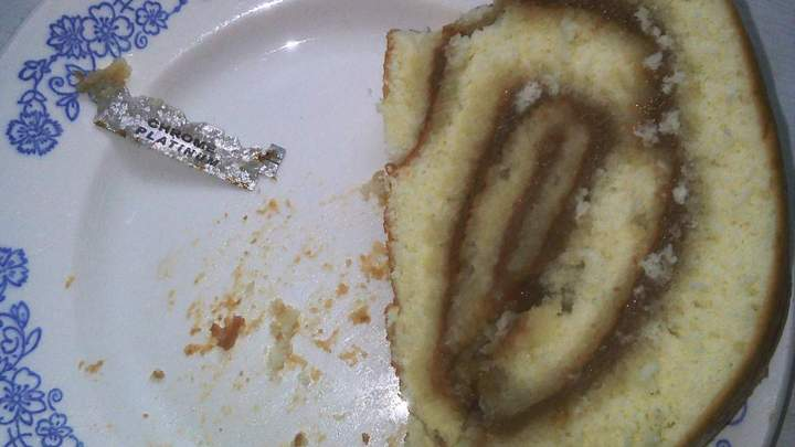Жительница Воронежской области нашла кусок лезвия в рулете с повидлом