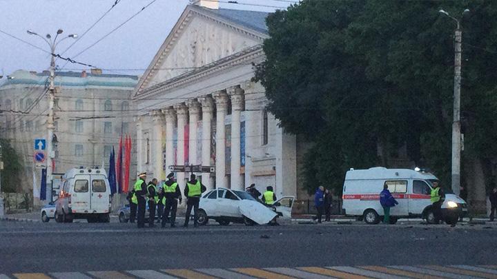 Сотрудник ДПС оказался в больнице после ДТП в центре Воронежа с 2 пьяными водителями