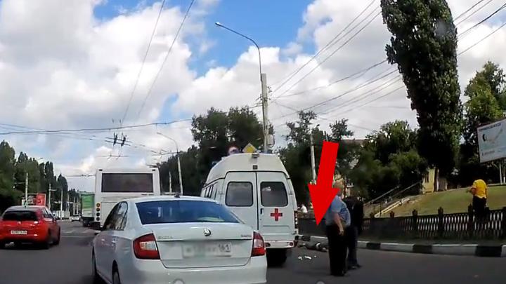 Очевидцы: в Воронеже скутерист не справился с управлением и разбился насмерть