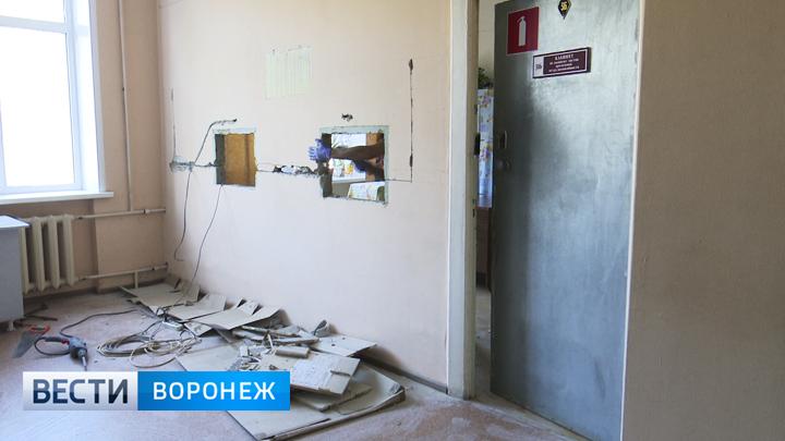 После фото пациента на коленях в воронежской поликлинике демонтировали низкие окна