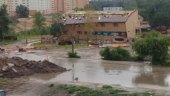 Здание без крыши и летающий мусорный бак. Как ураган бушевал в Воронеже