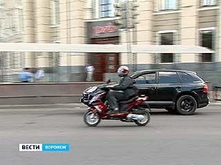 ГИБДД России приняло постановление: движение на скутерах разрешено по правой полосе