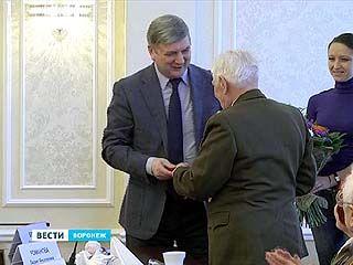 Глава Воронежа вручил Павлу Бражнику высшую награду городской администрации