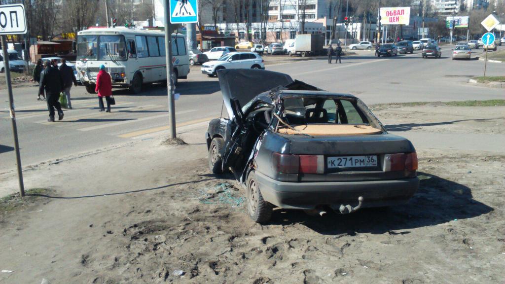 В столкновении пассажирского автобуса и иномарки в Воронеже пострадала женщина