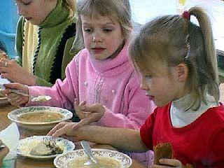 Горячие обеды в воронежских школах получают меньше половины учеников