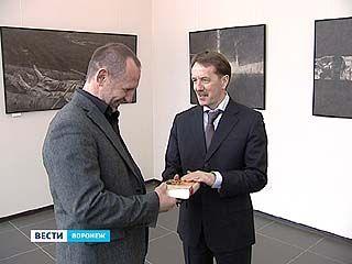 Губернатор Алексей Гордеев посетил выставку художника Евгения Кравцова