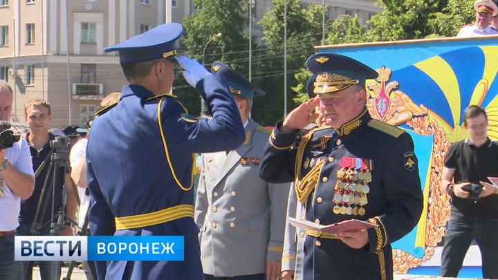 Кадры самого масштабного выпуска Воронежской военно-воздушной академии
