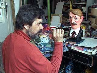 Художник Сергей Горшков вырезал из дерева скульптуру Алексея Гордеева