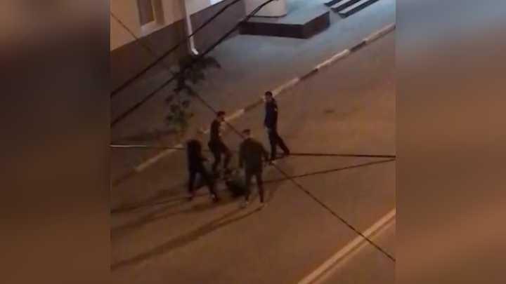 Четверо неизвестных избили парня в Воронеже: видео появилось в сети