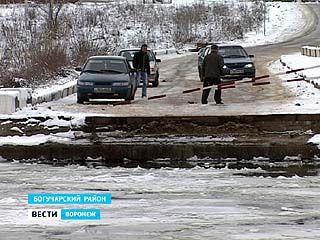 Из-за ледохода, начавшегося среди зимы, в районах развели понтонные мосты через Дон