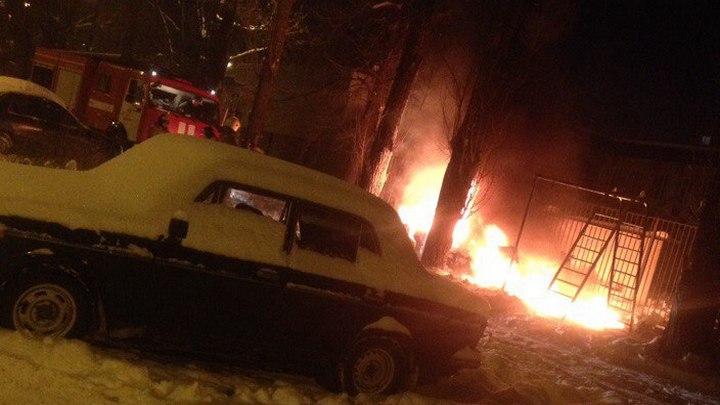 В Воронеже на улице 25 Января взорвался и сгорел автомобиль