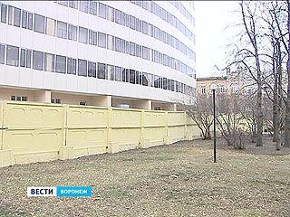 """Кинотеатр """"Спартак"""" воюет с соседней стройплощадкой за кусок парка"""