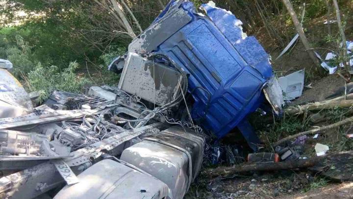 На трассе в Воронежской области у грузовика взорвалось колесо: погиб водитель