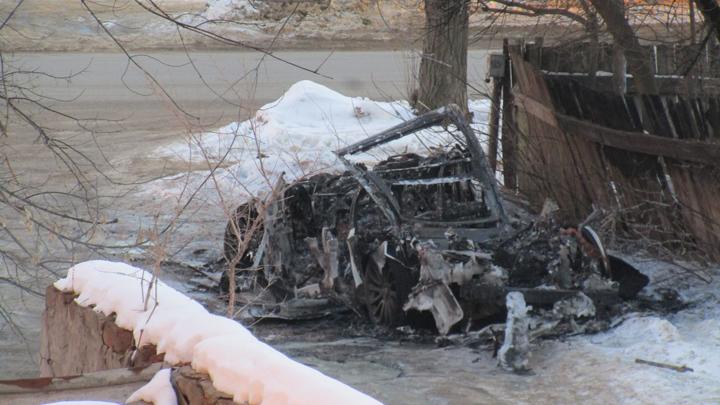 В Воронеже сгорела дорогая иномарка: пожар попал на видео