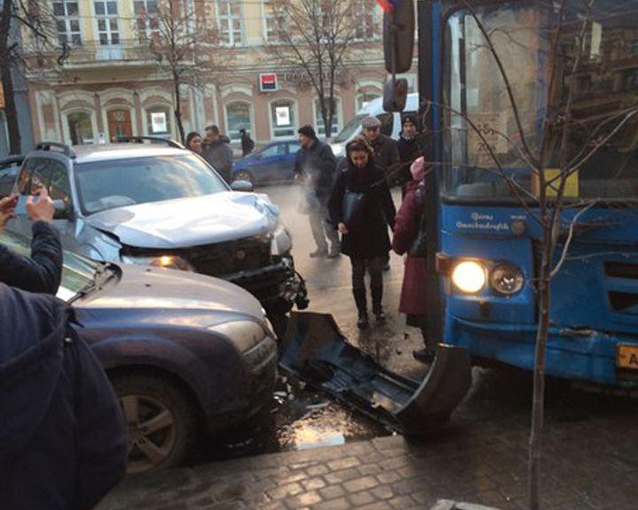Маршрутный автобус вылетел на встречную полосу на проспекте Революции