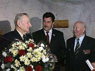 Мэр поздравил Григория Остапенко с годовщиной парада 1941 года