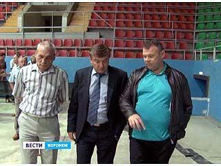 Мэр Воронежа Сергей Колиух посетил главную ледовую арену города