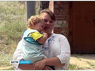 Многодетная мать-одиночка смогла вернуться в родительский дом только вместе с приставами