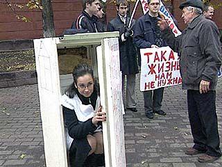 """Молодогвардейцы провели очередной пикет под лозунгом """"Такая жизнь нам не нужна""""!"""