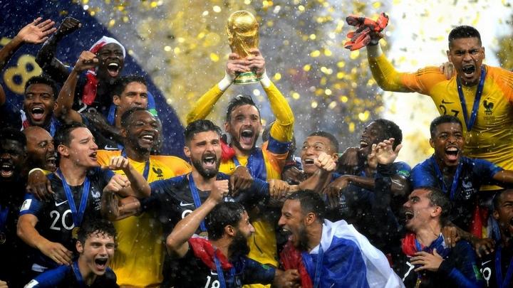 Кубок Чемпионата мира по футболу завоевала сборная Франции