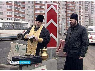 На аварийных участках обновленной Антонова-Овсеенко прошли богослужения