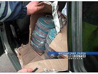 На Богучарском КПМ задержана машина с 123-мя банками черной икры