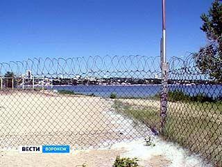 На дамбе у Придачи появился забор с колючей проволокой