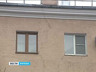 На фасадах домов, покрашенных к олимпийской эстафете, уже появились трещины