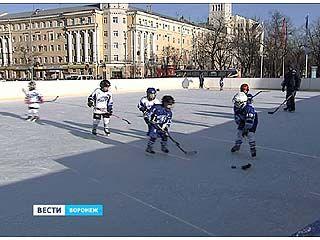 На главной площади Воронежа открыли каток