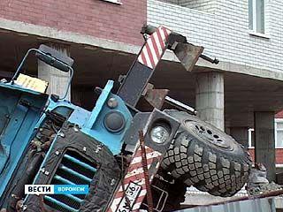 На одной из строек Воронежа рухнул автокран: есть пострадавшие