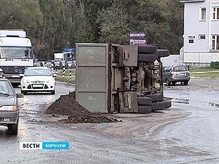 На перекрестке улиц Ильюшина и Менделеева перевернулся КАМАЗ, груженый землей