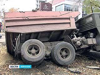 На перекрёстке улиц Никитинской и Комиссаржевской КАМАЗ ушёл под землю