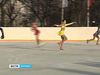 На площади Ленина официально открыт каток