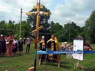 На старинную церковь Россошанского района установили крест