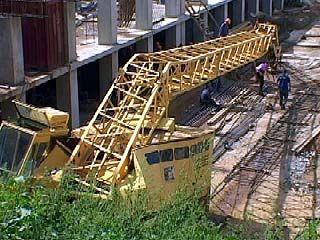 На строительной площадке в центре Воронежа рухнул кран