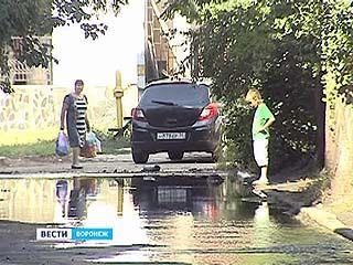 На улице Красных Зорь устраняют аварию на водопроводе