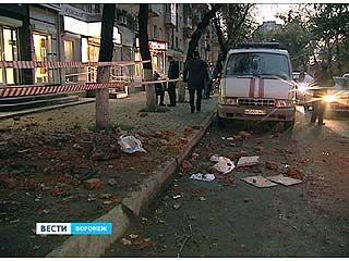 На улице Моисеева произошло обрушение дымохода: пострадали два человека
