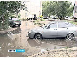 На улице Одинцова между многоэтажками образовался настоящий потоп