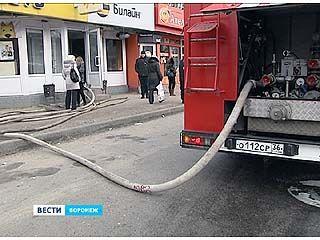 На Ворошилова загорелся павильон продажи сотовых телефонов