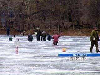 На замерзших водоемах стали появляться рыбаки