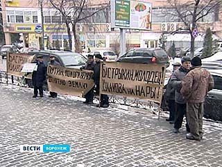 На заседание суда экс-губернатора Владимира Кулакова проводили транспарантами и требованиями