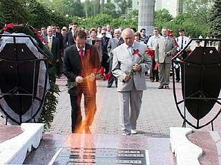 Накануне 9 Мая к вечному огню на площади Победы возложили венки
