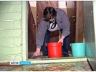 Накануне во время дождя затопило 9 этажей одного из домов по улице 25 Января