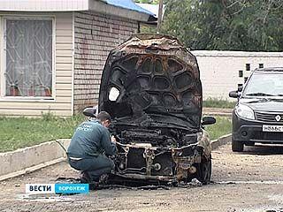 Неделю назад владелец сгоревшей машины, уже десятой по счёту, нашел под дворниками две гвоздики