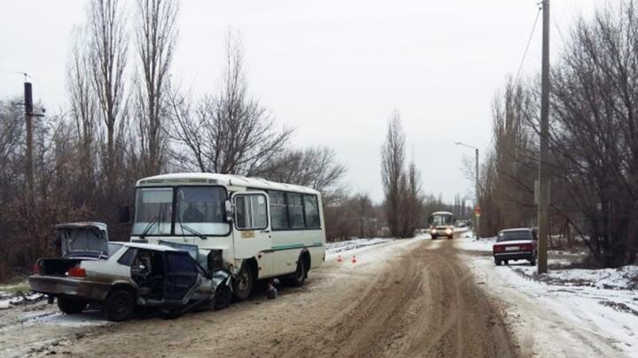 В Воронеже легковушка влетела в маршрутку: пострадали 3 человека
