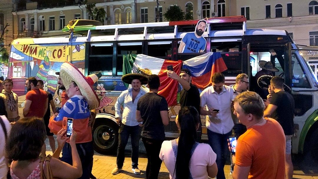 Мексиканцы приехали в Воронеж с картонной копией друга, которого жена не отпустила на ЧМ