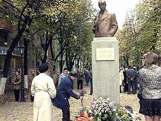 Памятник Есенину открывалина глазах у тысячи горожан