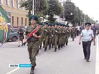 По центральным улицам Воронежа прошла колонна пограничников